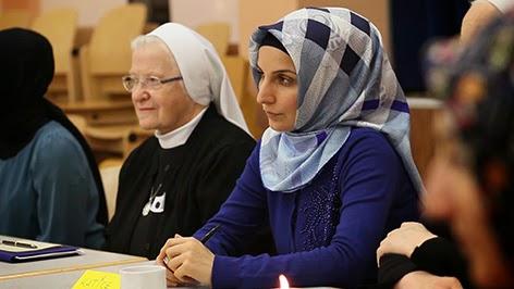 """Fatma Ayyıldız ve teslise inanıp """"Allah üçtür"""" diyen Katolik kadın rahibeler / Avusturya"""
