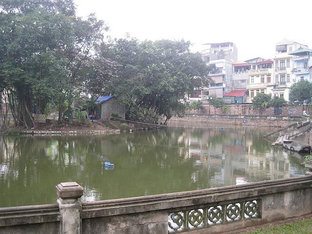 Hồ Văn hay hồ Giám phía trước cổng vào Văn Miếu.