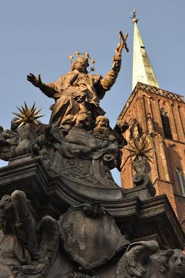 pomnik sw. Jana Nepomucena przed kosciolem sw. Krzyza we Wroclawiu