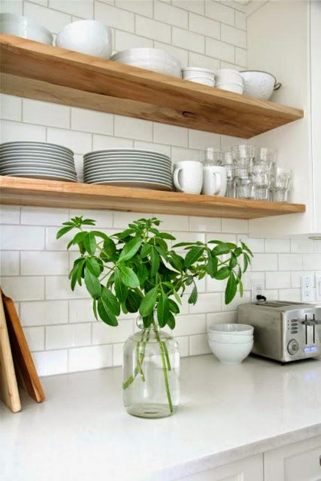 Houten planken in een witte keuken