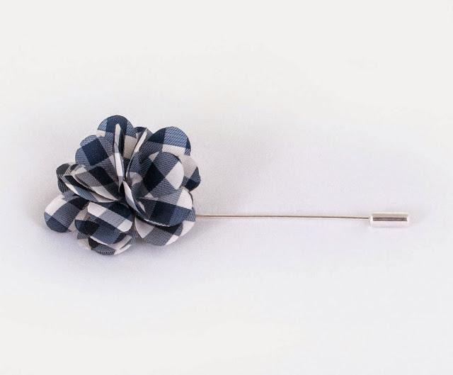 Satynowy kwiatek do marynarki White Scissors