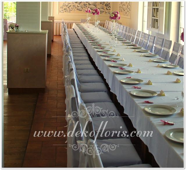 Białe pokrowce na krzesła wesele Raszowa Magiczny Zakątek