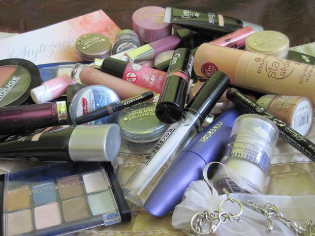 kosmetyki prezent, góra kosmetyków, kosmetyki kolorowe