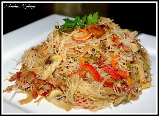 Fideos de arroz con verduras y beicon