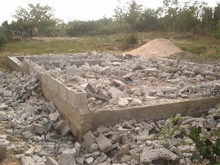 Siguen los desalojos en Cuba socialista: Viviendas reducidas a escombros en Bayamo  En+el+simiento+quedaron+muchas+en+Bayamo+PICT0255