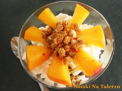 deser z owocami, otrebami i serkiem wiejskim lub z jogurtem naturalnym zdrowy lekki dietetyczny fit