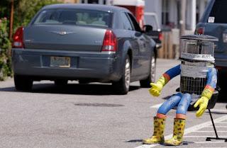 بالصور : رحلة الروبو hitchBOT المتنقل توقفت في أمريكا بعدما وجد بدون رأس ونزع يديه في فيلادلفيا