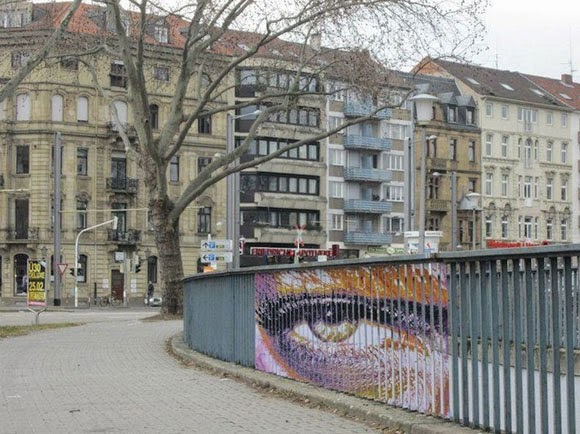 الفن الخفـــي على الـــاسوار Hidden-Street-Art-on-Railings-by-Zebrating-02.jpg