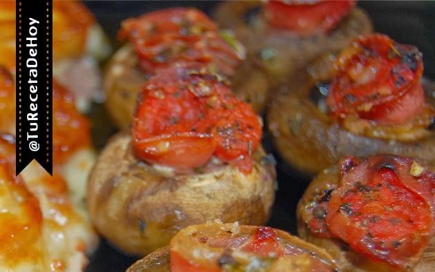 Champiñones rellenos de jamón serrano y salsa de tomate