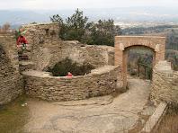 La base de la torre rodona i el portal d'entrada del Castell de Taradell