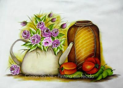 pintura em tecido de uma chaleira com rosinhas, pote e pimentas