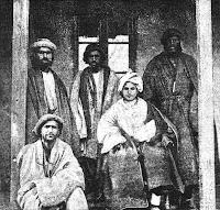 Un rajah con alcuni membri della tribù