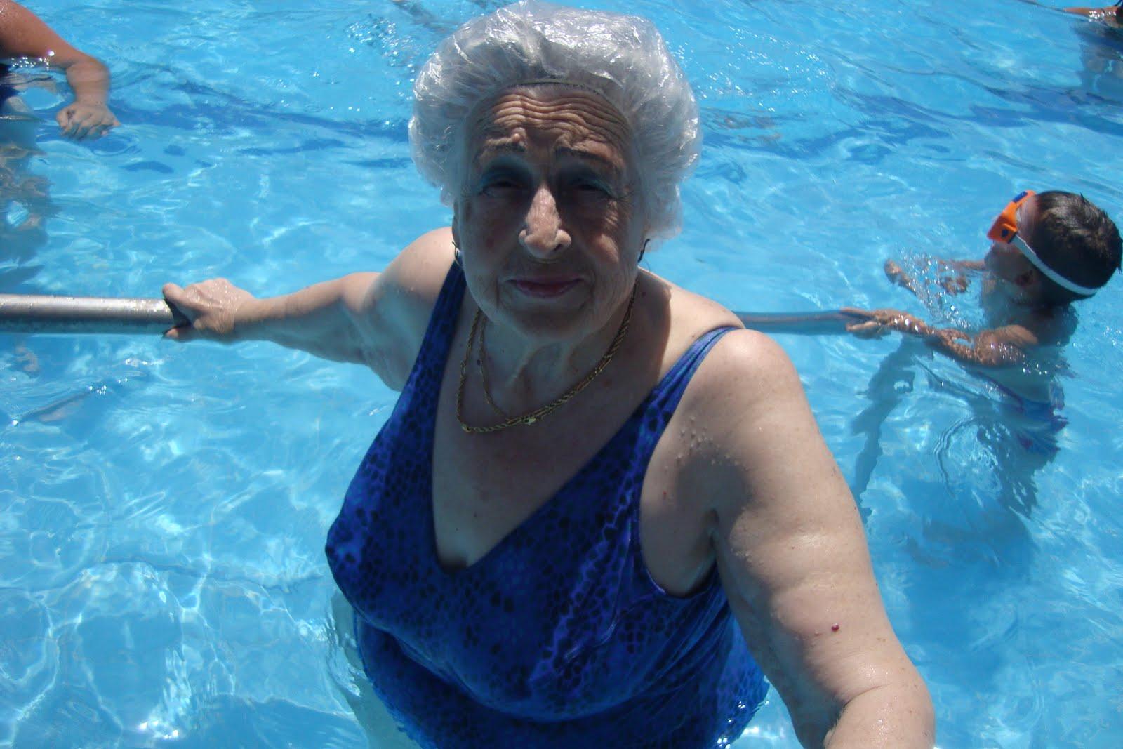 Ued para personas mayores azahara d a de piscina for Escaleras de piscinas para personas mayores