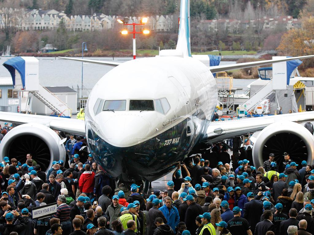 É MAIS QUE VOAR | Boeing realiza roll-out do primeiro Boeing 737 MAX 8 | Veja Fotos