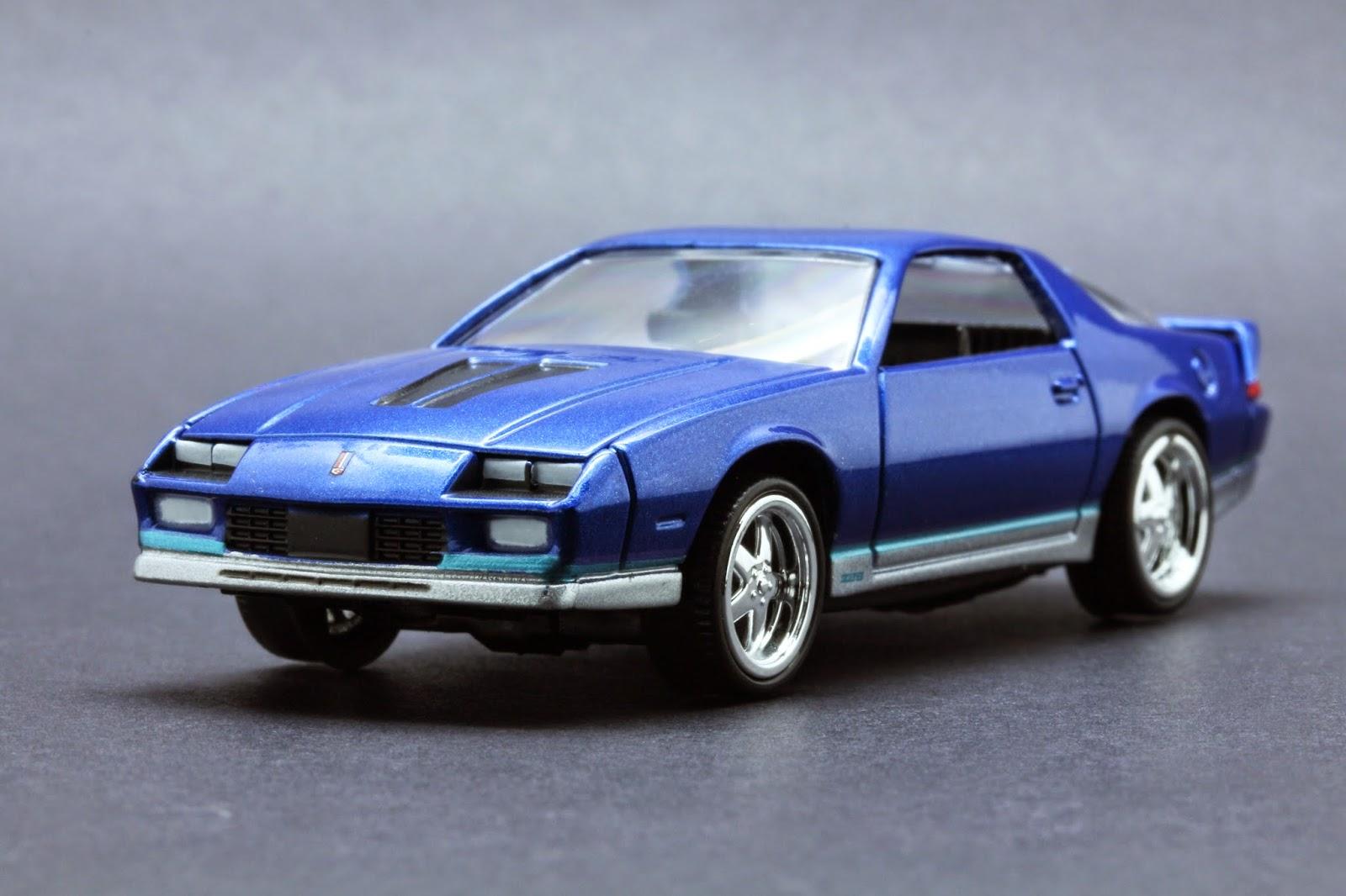 Chevrolet Camaro Z28 in Blau Auto World 1:64 1984