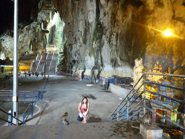 Mono en el interior de la cueva batu