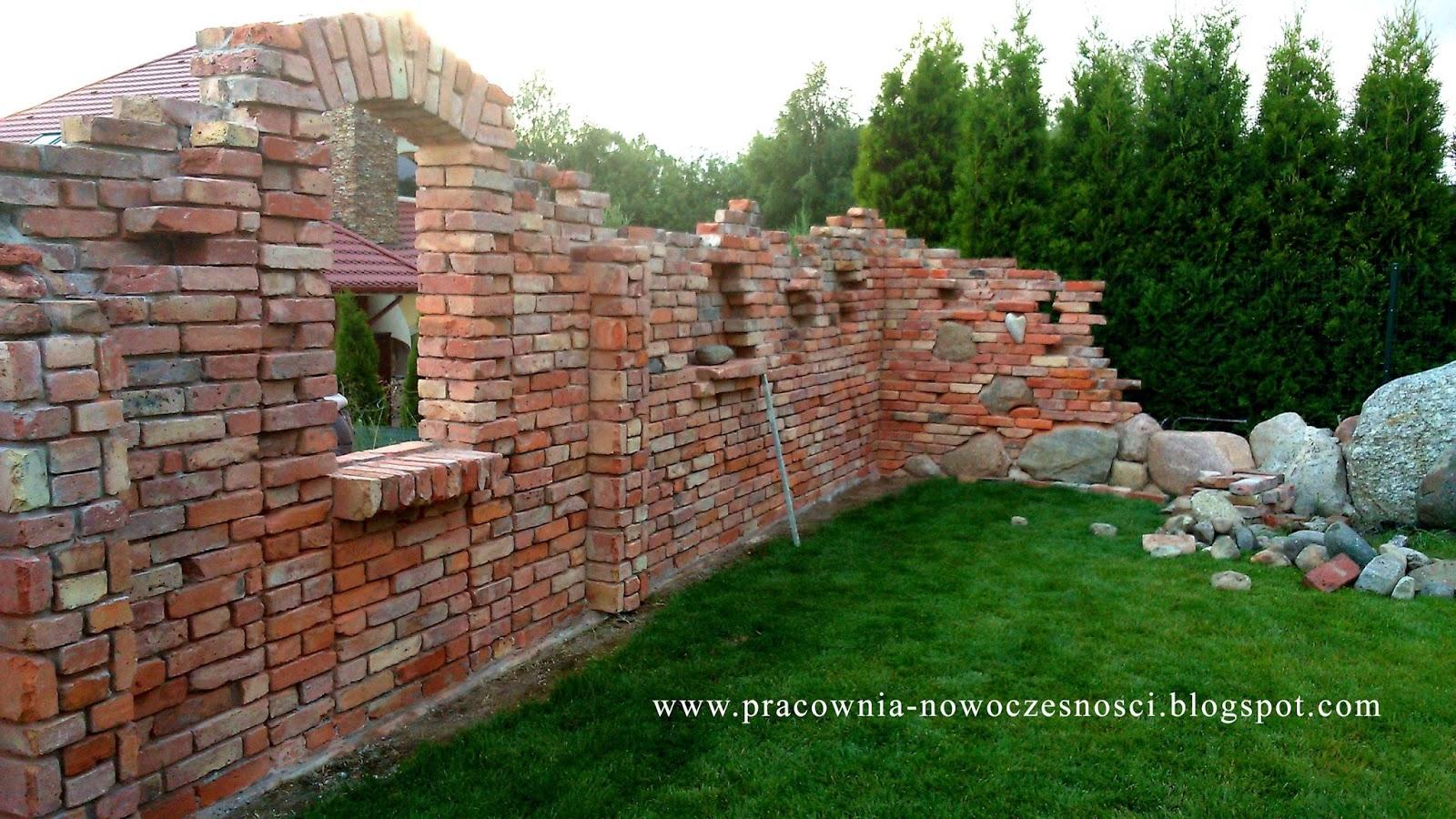 mur ozdobny z cegły klinkierowej rozbiórkowej