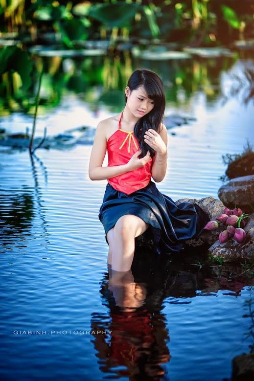 Girl xinh với áo yếm xưa bên hồ sen Phấn 1 26