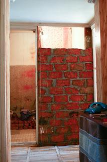 стена санузла из кирпича