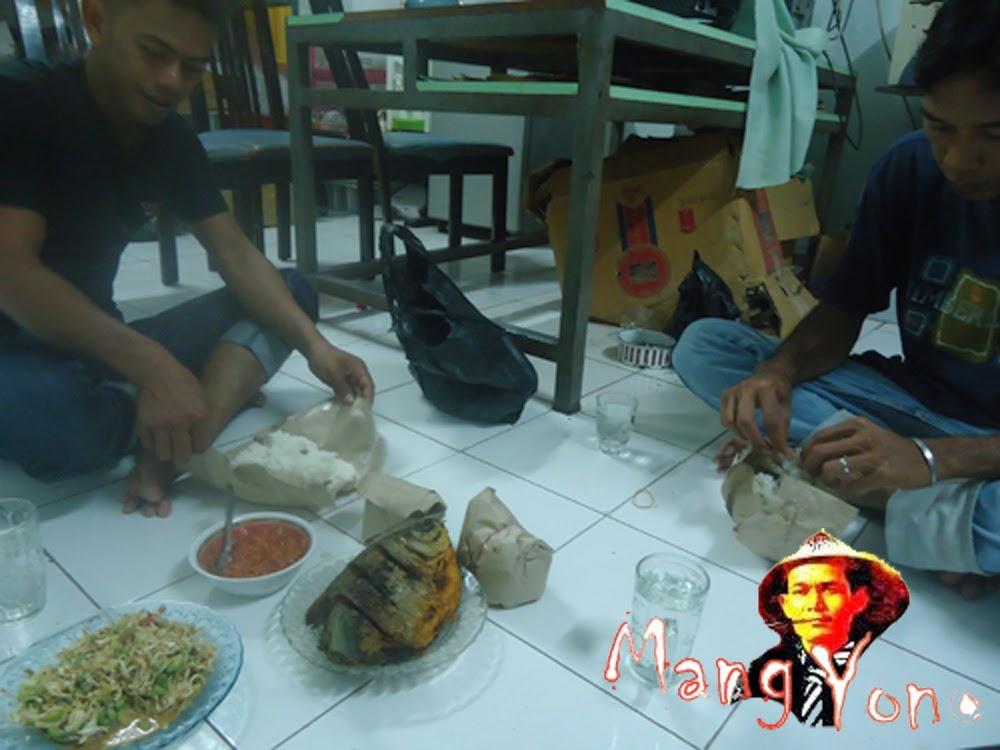 Makan malam bersama teman yang mau berangkat ke Proyek Topang