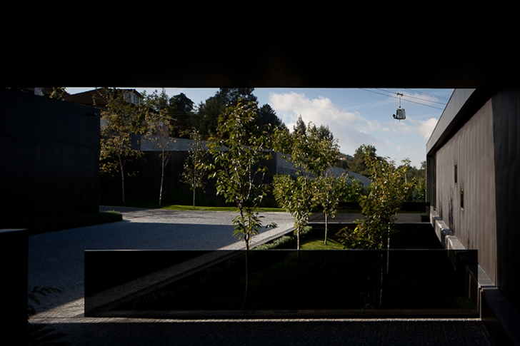 Driveway of Black Concrete House by Pitagoras Arquitectos