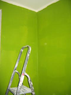 стены на кухне, первый слой зеленой краски, около окна