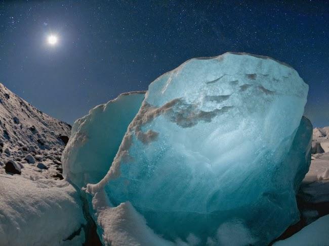 800-фунтовый кусок льда светится в лунном свете на одном из исландских пляжей. Глыбина откололась от огромного ледника. Фотограф Джеймс Балог называет такие куски льда алмазами, находя в них красоту, а также трагедию на грани исчезновения. © Джеймс Балог