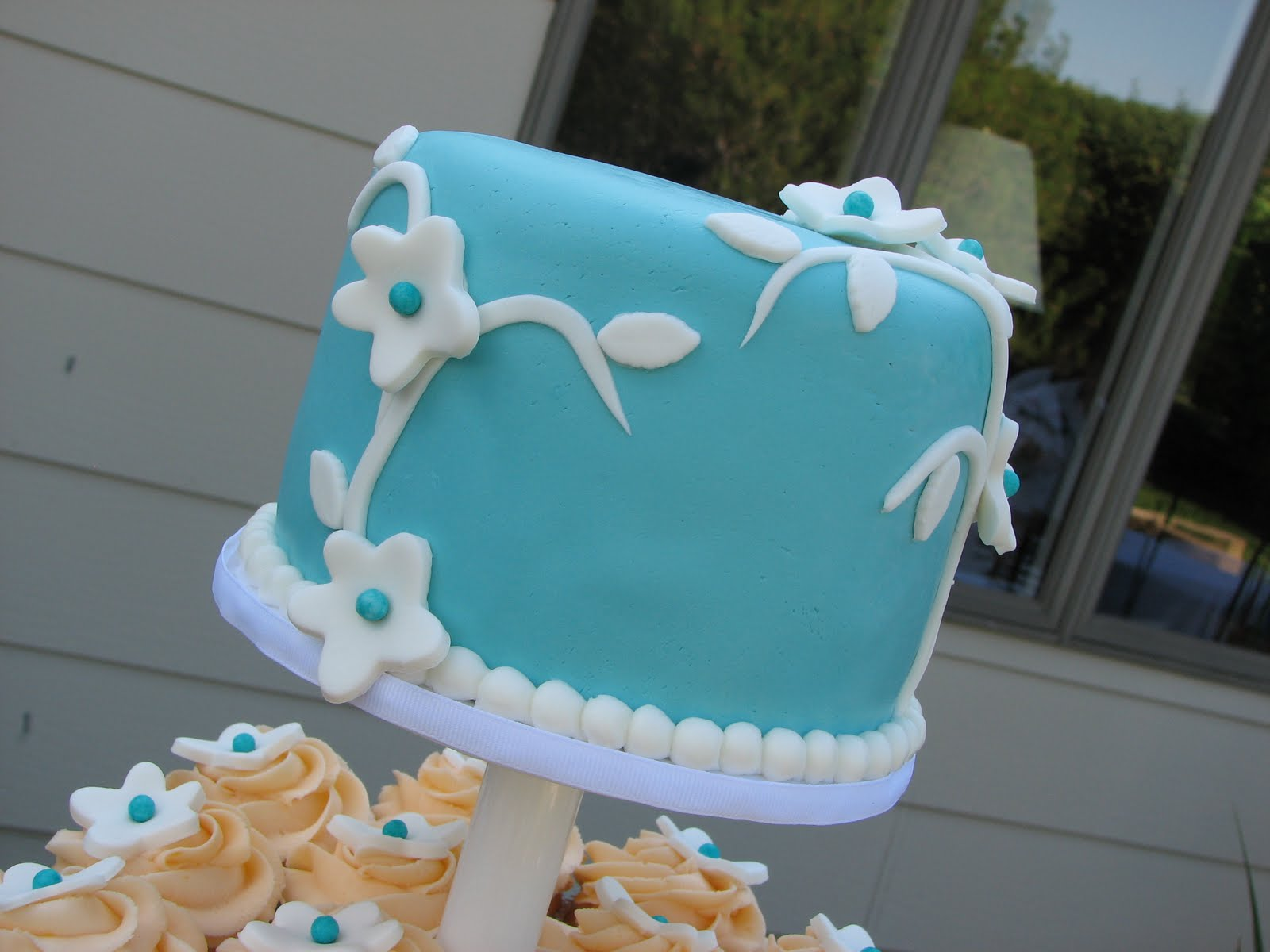 Orange and Aqua Wedding Cake http://decadentdesignsbylori.blogspot.com/2011/08/turquoise-and-orange-cupcake-wedding.html