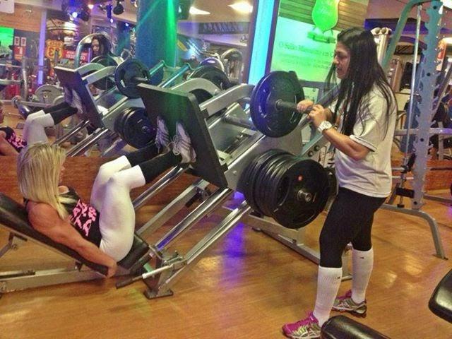 Roberta Zúñiga recebe supervisão da personal trainer Amanda Capella no leg pres 45 graus. Foto: Reprodução