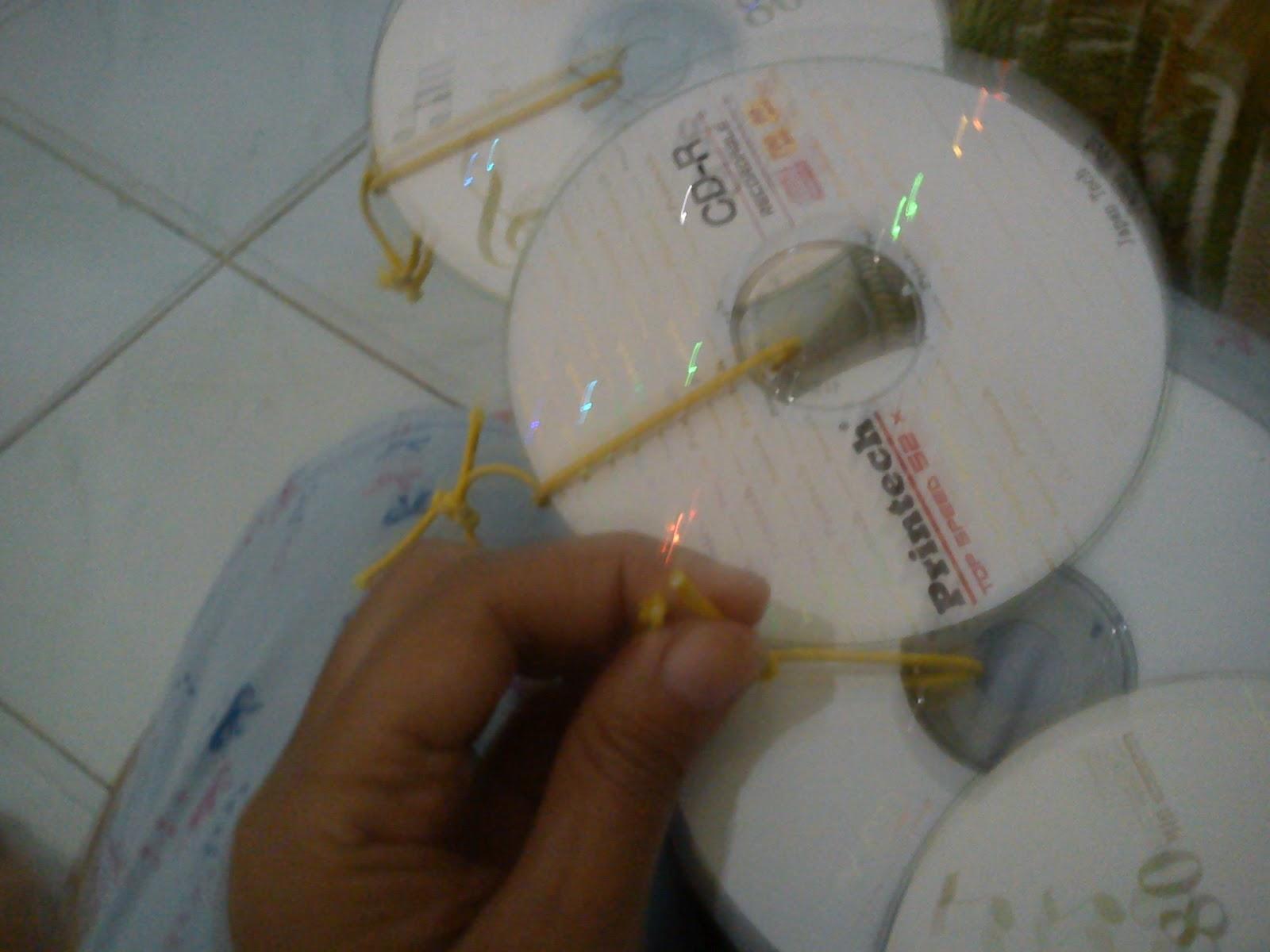 bahan gunting lem cd bekas tali karet cara membuatnya siapkan cd bekas