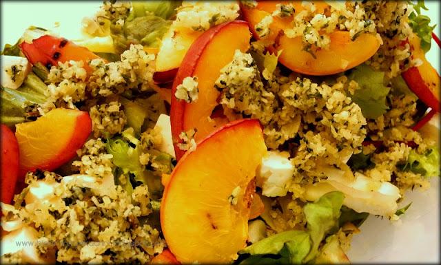 Sałatka z grillowanymi brzoskwiniami, fetą i miętowym pesto
