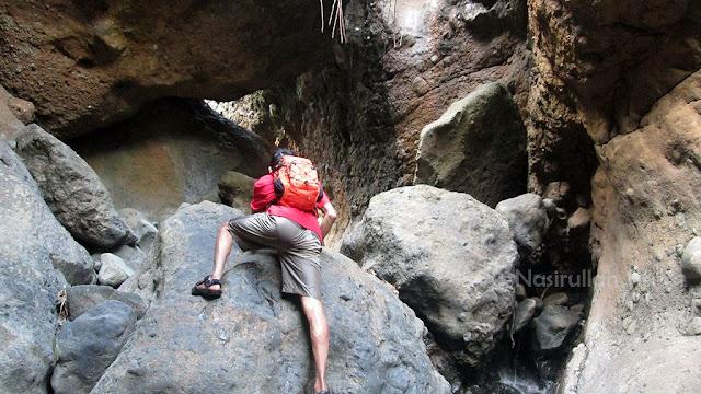 Menjelajah bagian dalam Goa Watu Joglo