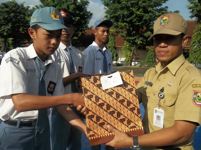 Bp.Rohmad Handoko selaku Pembina OSIS SMA N 1 SIMO dalam acara penyerahan hadiah dalam kegiatan lomba antar kelas.
