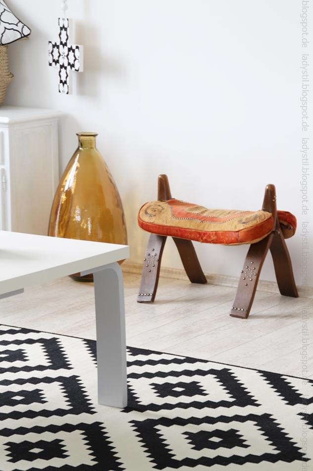 Ecke des Wohnzimmers mit marokkanischem Hocker und Bodenvase in braun