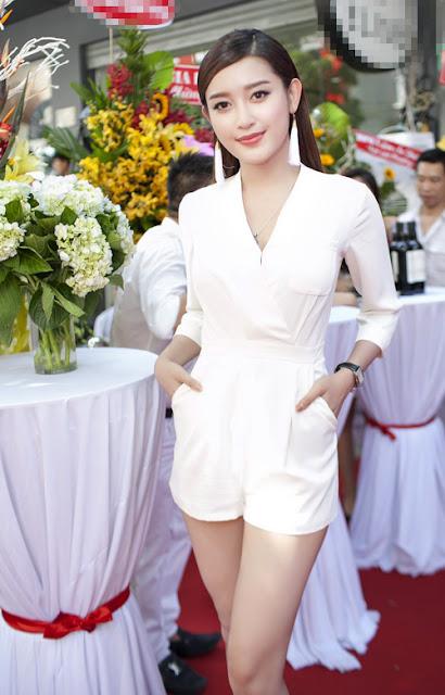 Chiều 26/7, Huyền My bay vào TP HCM để dự một sự kiện khai trương. Người đẹp khoe vóc dáng mảnh mai trong trang phục trắng tinh khôi.