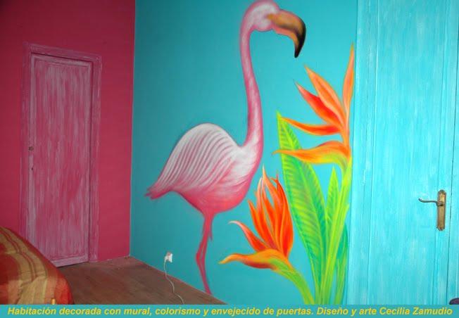 Decoración de habitación: mural y trabajo de estilo en puertas