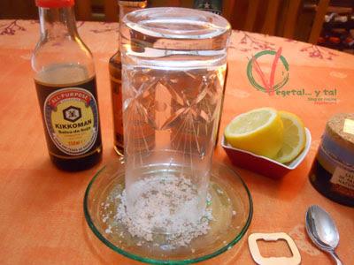 Escarchar con limón y sal el borde del vaso.