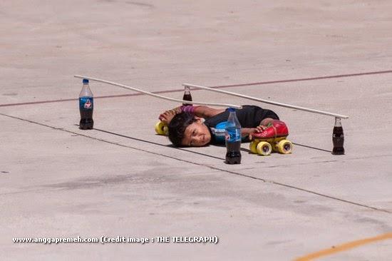 Dalam 29 Detik Anak Berusia 6 Tahun Ini Melewati 39 Kolong Mobil (gambar 6)
