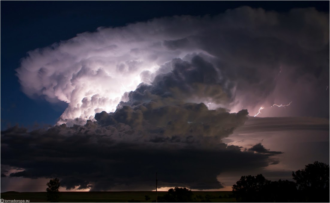 Foto badai petir diatas awan