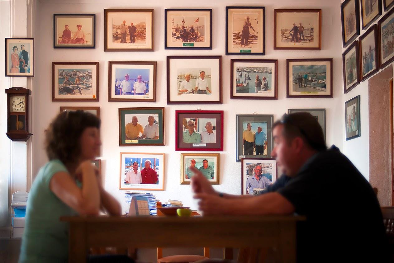 Sala repleta de recuerdos fotográficos