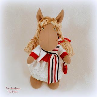 Текстильная лошадка. Символ 2014 года. Авторская игрушка. Картинка симпатичная мультяшная лошадка.
