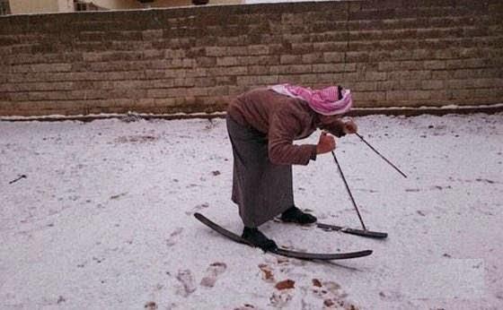 عجزت السيارات عن السير فى السعودية فكانت الزلاجات والجمال الثلجية هى الحل