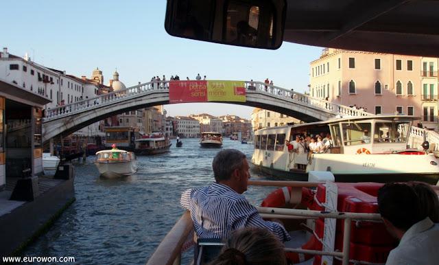 Muchos barcos en los canales de Venecia