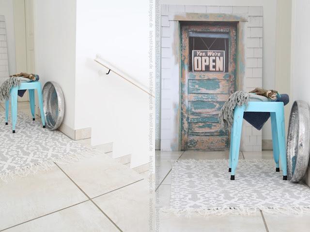 Collage zweier Bilder mit Blick in den Flur türkiser Hocker mit Plaid und Tür-Poster