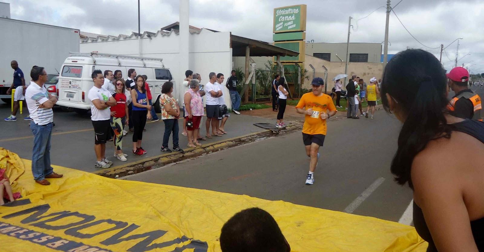 Foto 139 da 1ª Corrida Av. dos Coqueiros em Barretos-SP 14/04/2013 – Atletas cruzando a linha de chegada