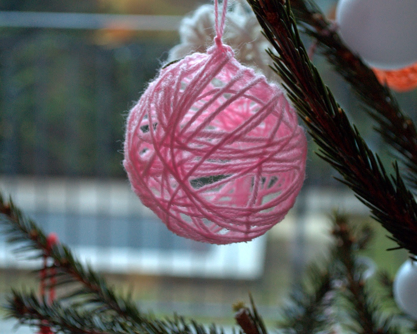 Fatto in casa come fare le palline di lana per addobbare l 39 albero di natale - Addobbare le finestre per natale ...