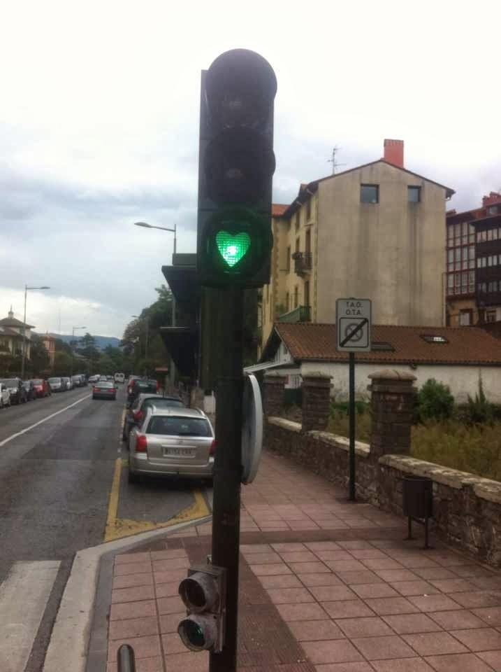 semaforo con la luz verde en forma de corazon en hondarribia