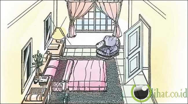 Tempat tidur yang kakinya mengarah ke pintu keluar kamar