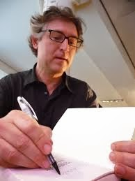 Michel Onfray firmando un libro
