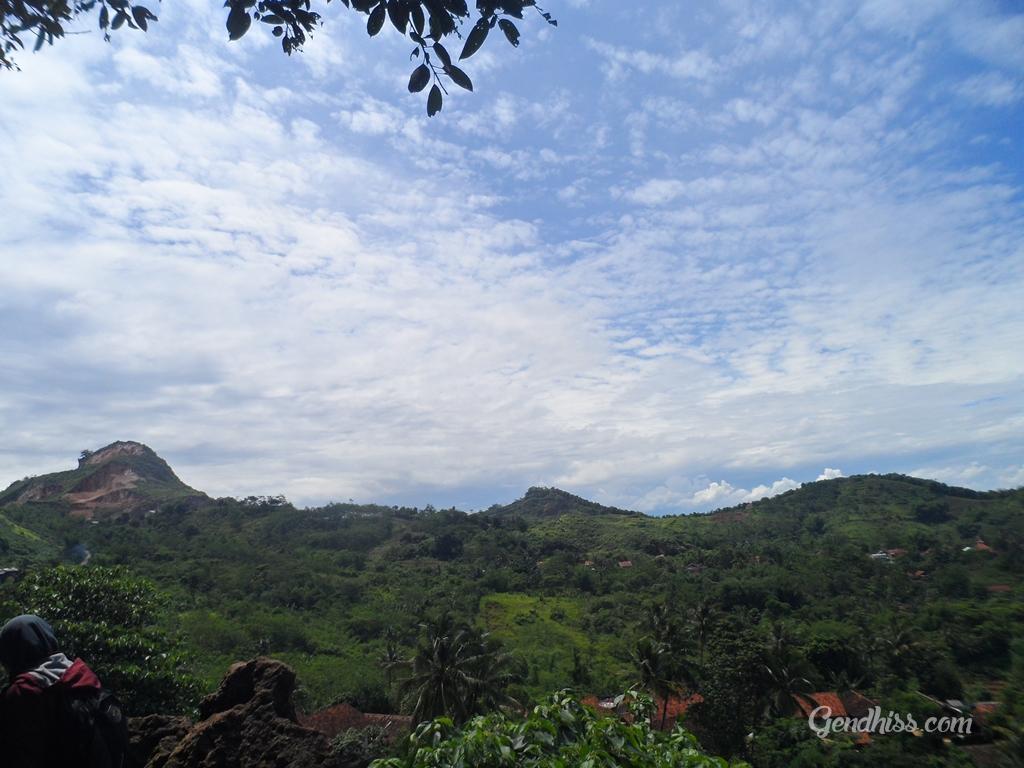 pemandangan dari atas Gua Pawon